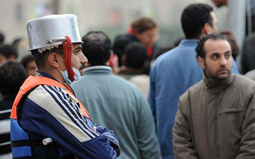 自分の頭は自分で守る、エジプトの反政府でも参加者達のDIYヘルメット