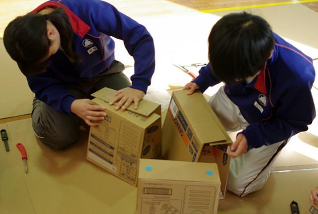 町内会防災訓練:ペットボトルの空箱で作る腰掛け(スツール)